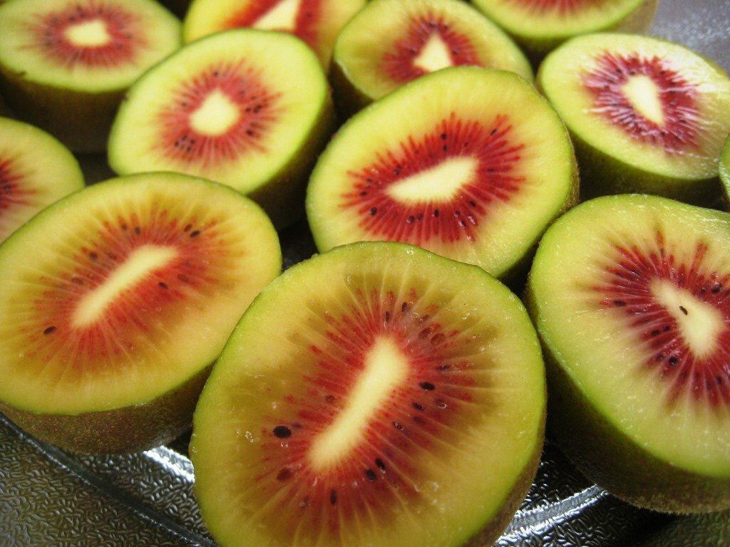 赤い果肉のキウイフルーツ「レインボーレッド」の出荷が始まりました。の画像