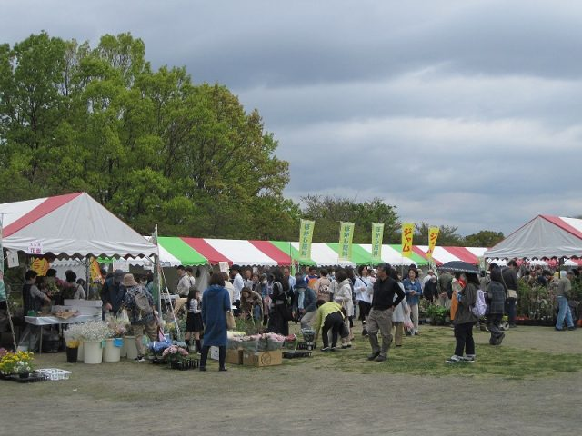 花と緑に囲まれる「秋の園芸市」が開催されます。